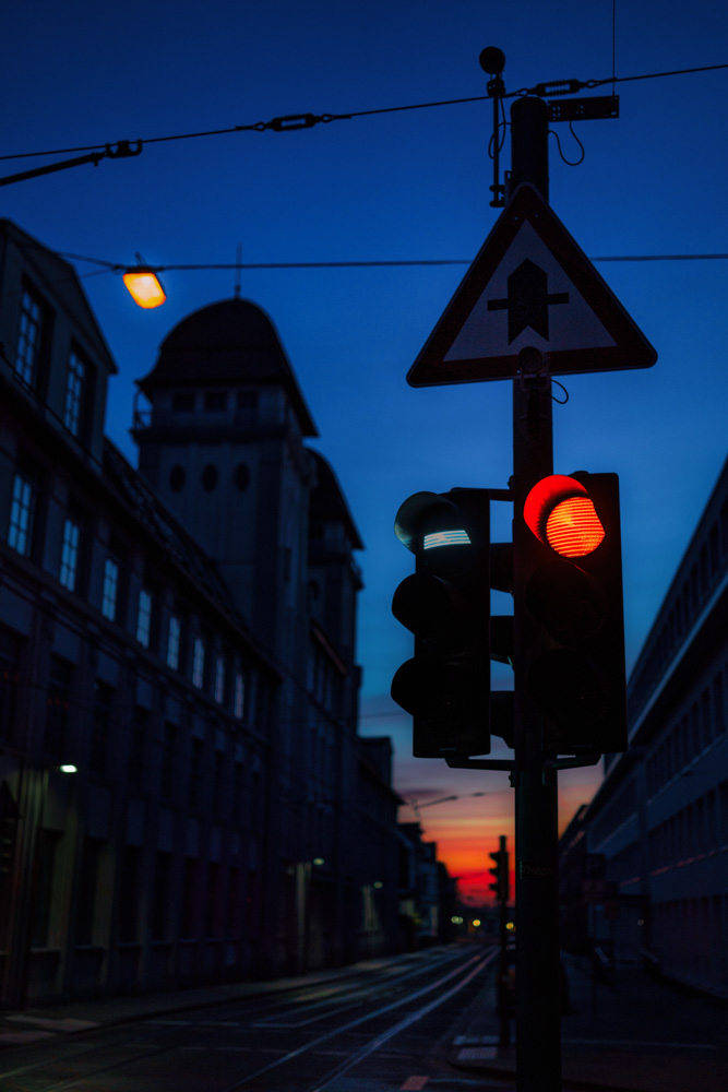 Red traffic light at Nikolaus-Dürkopp-Straße in Bielefeld (Germany)